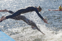Dwa żeńskiego konkurenta skaczą w wodę Zdjęcia Royalty Free