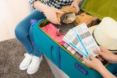 Dwa żeńskiego ludzie uorganizowanego osobistego bagażu Fotografia Stock