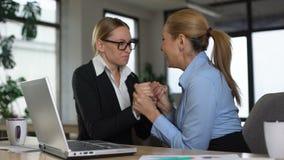 Dwa żeńskiego pracownika czyta emaila o promocji, szczęśliwej dla each inny, poparcie zbiory