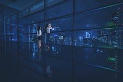 Dwa żeńskiego przedsiębiorcy patrzeje miasto Zdjęcie Stock