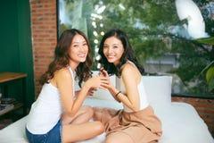 Dwa żeńskiego przyjaciela robią manicure'owi Pojęcie ręki opieka fotografia stock