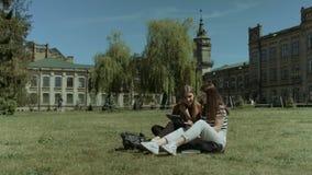 Dwa żeńskiego szkoła wyższa przyjaciela spotyka na kampusu gazonie zbiory wideo