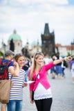 Dwa żeńskiego turysty chodzi wzdłuż Charles mosta zdjęcia royalty free