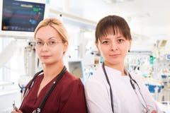 Dwa żeńskiej lekarki w ICU fotografia royalty free