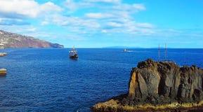 Dwa żeglowania łódź i łódź w oceanie Madera, Funchal, Portugalia obrazy royalty free