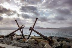 Dwa żelaznej kotwicy na wybrzeżu Obraz Royalty Free