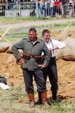Dwa żołnierzy stojak na batalistycznym polu obrazy royalty free