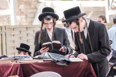 Dwa Żydowski mężczyzna przy western ścianą Obrazy Royalty Free
