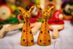 Dwa żyrafy postaci rocznika żółta drewniana zabawka obraz stock