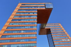 Dwa administracyjnego budynku, łączącego trudną przemianą przy poziomem górni poziomy Obraz Royalty Free