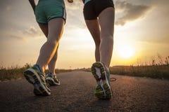 Dwa ładnej dziewczyny jogging w ranku Zdjęcia Royalty Free