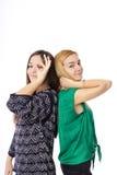 Dwa ładnej nastoletniej dziewczyny pozuje ok znaka i robi Obrazy Royalty Free