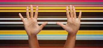 Dwa afrykańskiej ręki robi wysokości pięć nad niebieskim niebem Zdjęcie Royalty Free