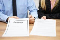 Dwa agent oferuje kontrakt podpisywać Fotografia Royalty Free