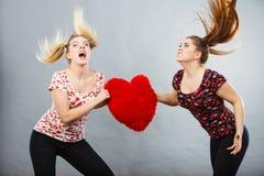 Dwa agresywnej kobiety ma dyskutują walki mienia serce Fotografia Stock