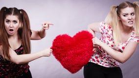 Dwa agresywnej kobiety ma dyskutują walki mienia serce Zdjęcia Stock