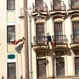 Dwa alpinisty myj? fasad? antyczny budynek zdjęcie royalty free