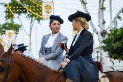 Dwa Amazons jest ubranym tradycyjnych Andaluzyjskich mundury przy Kwietnia jarmarkiem Seville Fotografia Stock