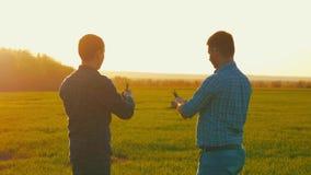 Dwa Amerykańskiego rolnika komunikują w polu Dwa biznesmena rolnika trząść ręki z each inny stanowczo Są zbiory wideo