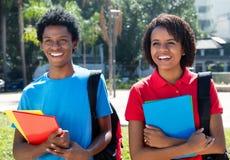 Dwa amerykanina afrykańskiego pochodzenia radosny roześmiany uczeń na kampusie univer Zdjęcia Stock