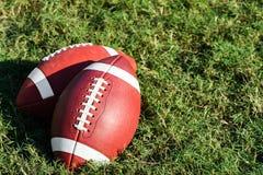 Dwa amerykanina szkoły wyższa szkoły średniej Młodzieżowy futbol na trawie Zdjęcia Stock