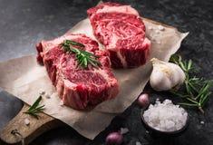 Dwa Angus stku surowy świeży marmurkowaty mięsny czarny ribeye, czosnek, sól Obrazy Stock