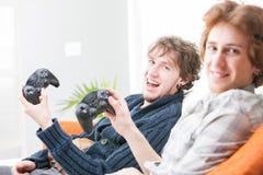 Dwa animowanego brata bawić się wideo gry Fotografia Stock