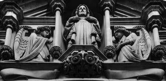 Dwa anioła ochrania świętego mężczyzna obraz stock