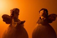Dwa anioła siedzi naprzeciw obrazy stock
