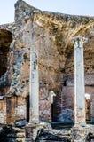 Dwa Antycznej rzymskiej kolumny w archeological miejscu Ostia Antica, Zdjęcie Stock
