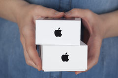 Dwa Apple iPhone pudełka w kobiet rękach Obraz Royalty Free