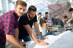 Dwa architekta dyskutuje nakreślenia nowy projekt obrazy stock
