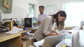 Dwa architekta Pracuje Z planami W biurze Wpólnie zdjęcie wideo