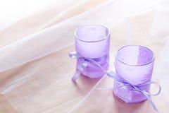 Dwa aromatycznej świeczki w szklanych candlesticks z lawenda papierem na stołu zakończeniu up Zdjęcia Stock