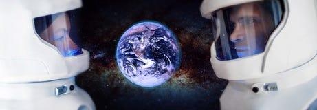 Dwa astronauta, mężczyzna i kobieta patrzeje planetę, Mącą Elementy ten wizerunek meblujący NASA obraz royalty free