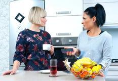 Dwa atrakcyjnego kobieta przyjaciela pije kawę i opowiadać Fotografia Stock