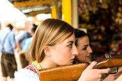 Dwa atrakcyjnej dziewczyny bawić się mknące gry przy fotografia stock
