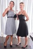 Dwa atrakcyjnej kobiety - dostawać przygotowywający dla wieczór Zdjęcie Royalty Free