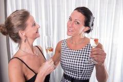 Dwa atrakcyjnej kobiety - dostawać przygotowywający dla wieczór Zdjęcie Stock