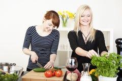 Dwa kobiety przygotowywa posiłek Zdjęcia Royalty Free