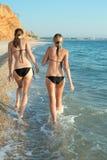 Dwa atrakcyjnych dziewczyny w bikini przy morzem obraz royalty free