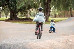 Dwa australijskiej chłopiec jedzie bicykle na roweru śladzie w Adelaide obrazy royalty free