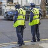 Dwa autostrad Agencyjny ruch drogowy Dowodzi, ich purpose jest pisać biletach parkuje naruszenia na Kensington i Chelsea Obrazy Royalty Free