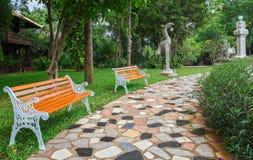 Dwa ławka w parku obok ceglanej drogi pagoda Zdjęcia Stock