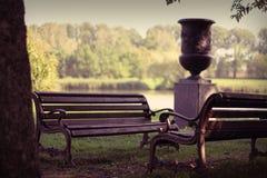 Dwa ławki w parku na tle jezioro Zdjęcia Royalty Free