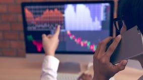 Dwa azjatów mężczyzny faktorski działanie wpólnie i analiza w biuro rynku pieniężnych mapach, wykresach i dzwonić klient fotografia royalty free