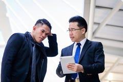 Dwa azjata biznesmen opowiadać dla biznesowego wzroku fotografia royalty free