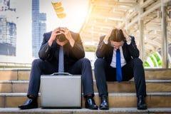 Dwa azjata biznesmena odczucia smutny i sfrustowany wzburzony fail w życiu zdjęcie stock