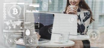 Dwa azjata przychodu pieniądze od bitcoin use laptopu i smartphone zdjęcie stock