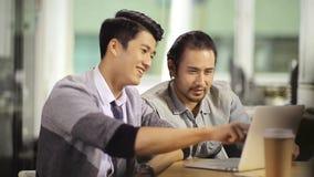 Dwa azjatykciego ludzie biznesu pracuje w biurze zbiory wideo